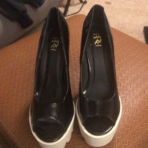 Fahrenheit black and white chunk heels sz 9
